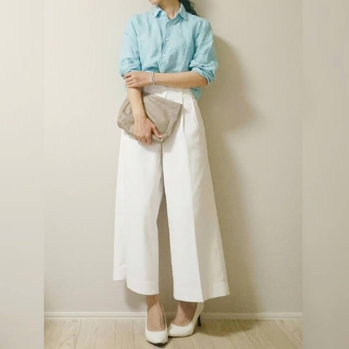 水色リネンシャツ×白ワイドパンツのコーデ画像