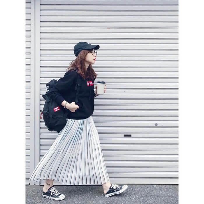 黒パーカーとシアーな素材のスカートのコーデ画像
