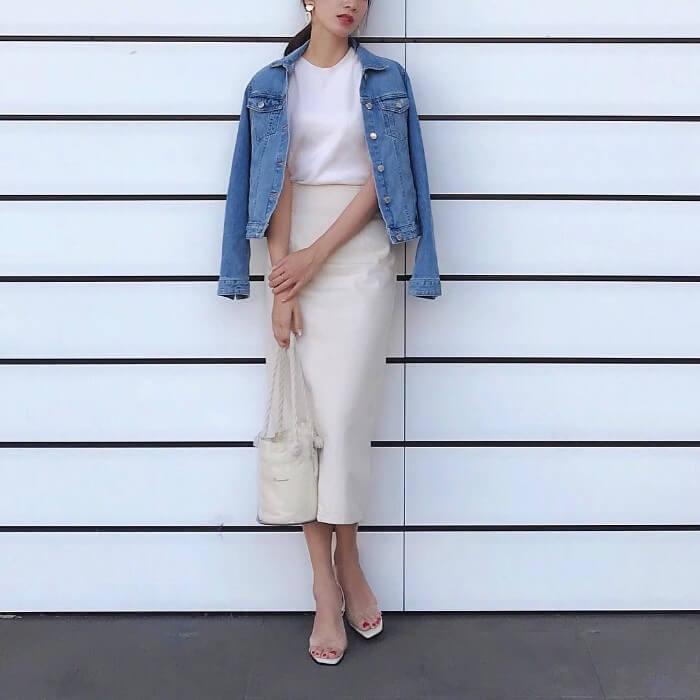 白タイトスカート×無地白トップス&Gジャンのコーデ画像