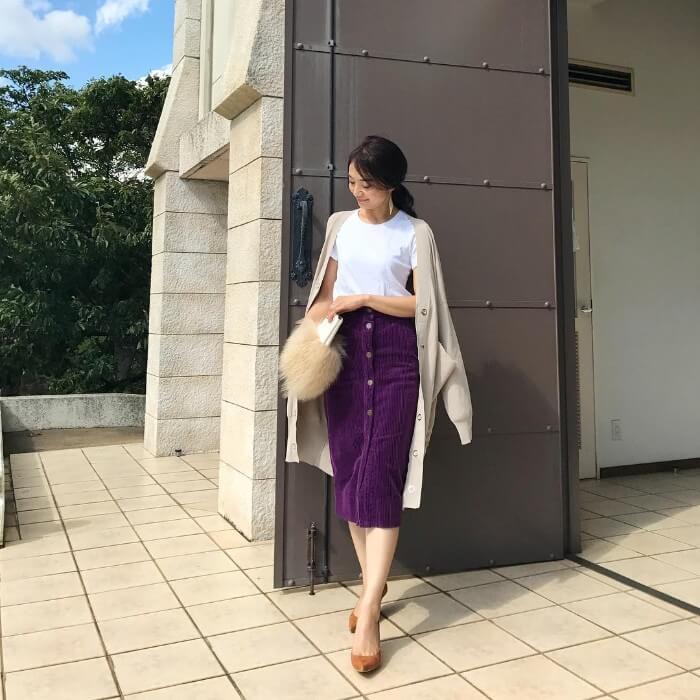 ベージュロングカーディガン×パープルコーデュロイタイトスカートのコーデ画像