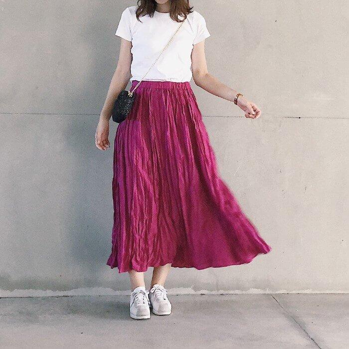 白Tシャツ×濃ピンクロングスカートのコーデ画像