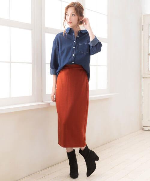 テラコッタカラーのスウェットロングスカート×デニムシャツのコーデ画像