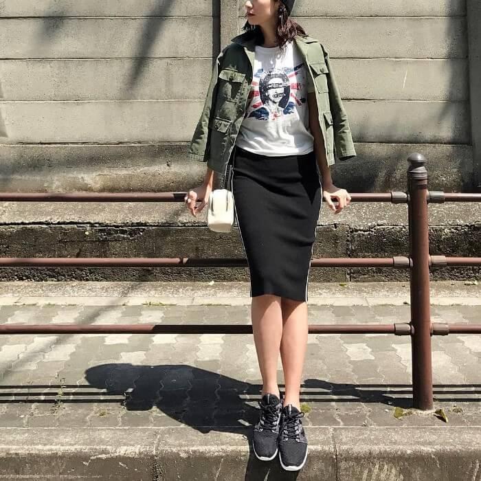 ミリタリージャケット×プリントT×黒スニーカーのアメカジコーデ画像
