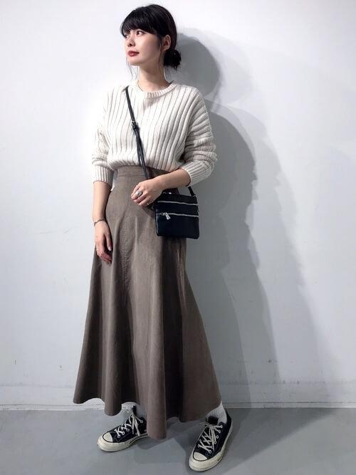 ブラウンのコーデュロイスカートと白ニットのコーデ画像