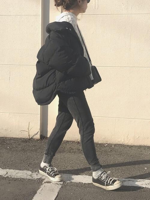 黒のスウェットパンツとダウンジャケットのコーデ画像