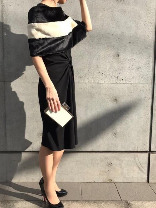 黒ドレス×ファーケープのコーデ画像