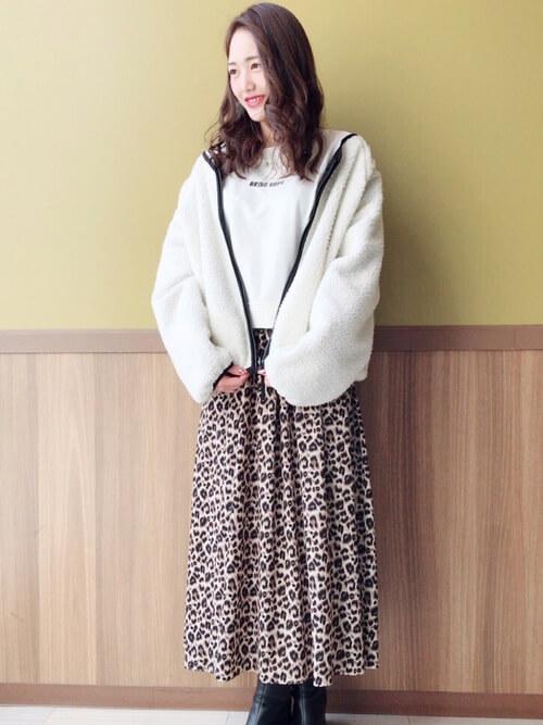 白ボアブルゾン×レオパード柄スカートのコーデ画像