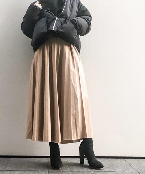 ベージュのレザーフレアスカート×ダウンJKのコーデ画像