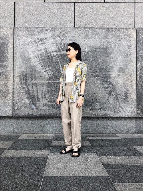 ストライプ×プリント柄のアロハシャツを羽織った画像