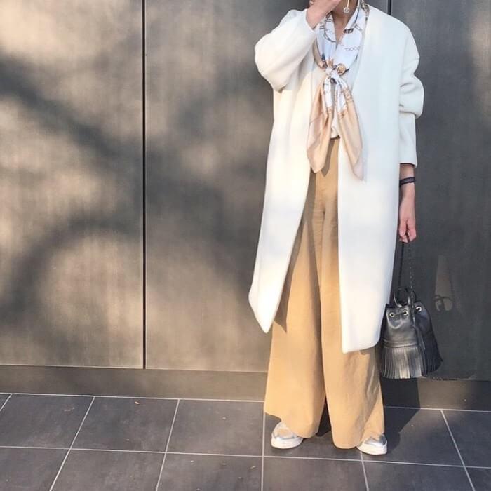 ベージュワイドパンツ×白コートのコーデ画像