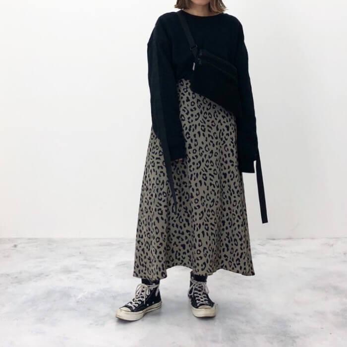 黒スウェット×レオパード柄ロングスカートのコーデ画像