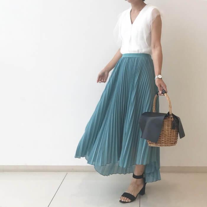 ブルーグリーンのプリーツロングスカートのコーデ画像