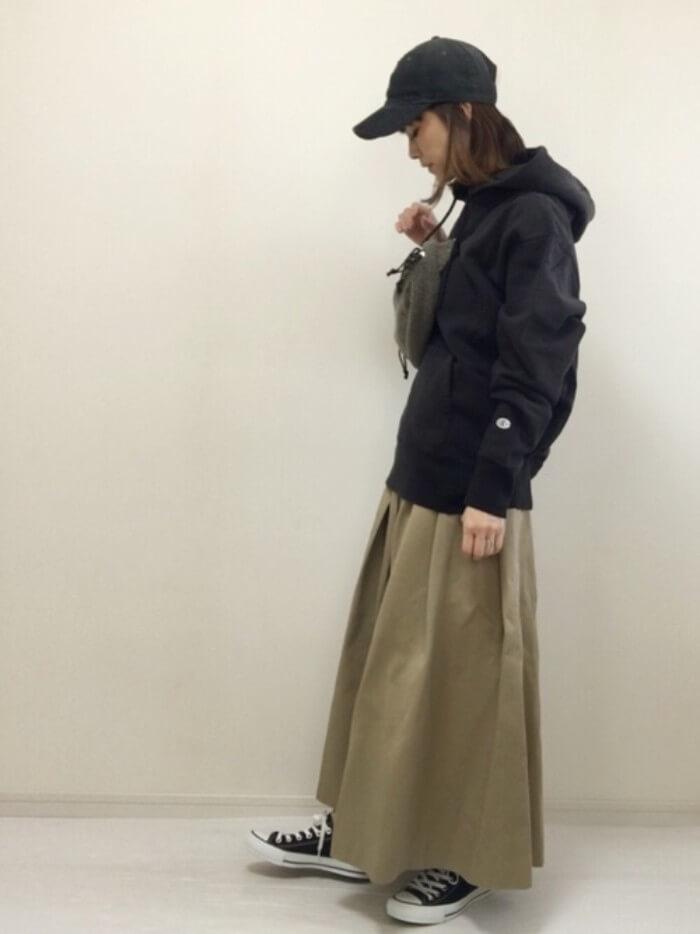 カーキチノマキシフレアスカート×黒パーカー&キャップのコーデ画像