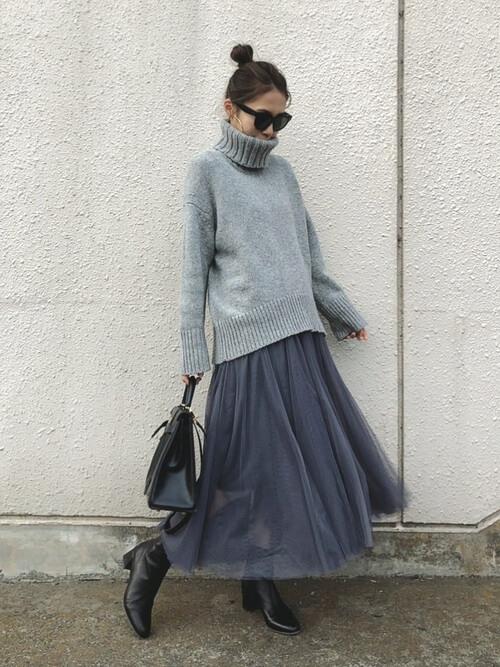 ざっくりニットと同色のチュールスカートのコーデ画像