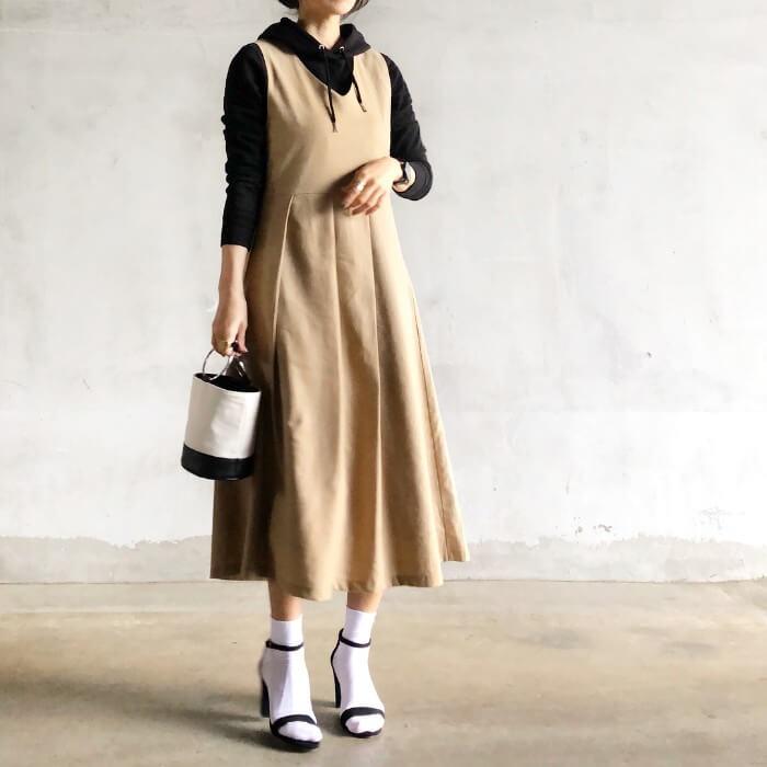 綺麗めワンピース×白靴下のコーデ画像