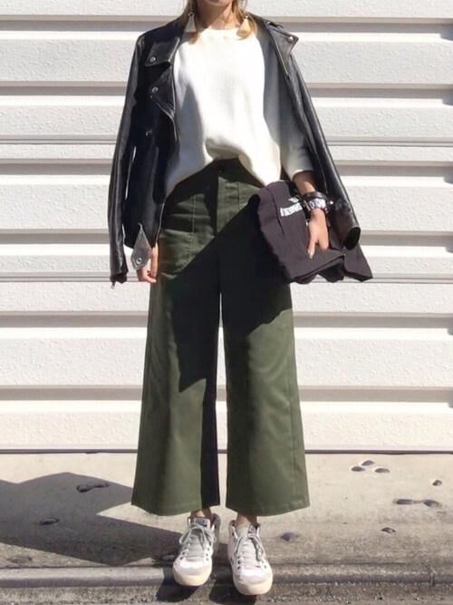 ライダースジャケット×カーキワイドベイカーパンツのコーデ画像