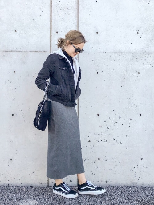 黒デニムジャケット×パーカーレイヤードのコーデ画像