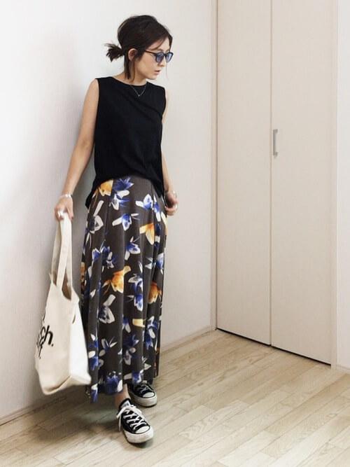 黒ノースリーブ×黒花柄スカート×華奢ネックレスのコーデ画像