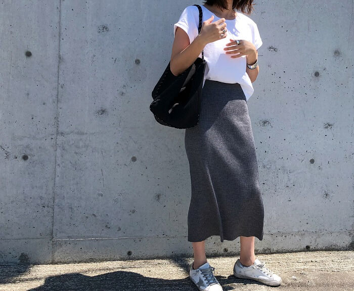 グレータイトスカート×白T&白スニーカーのコーデ画像