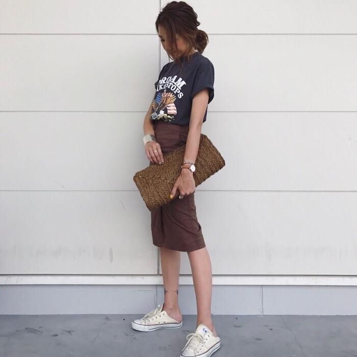 グレープリントTシャツ×ブラウンタイトスカートのコーデ画像