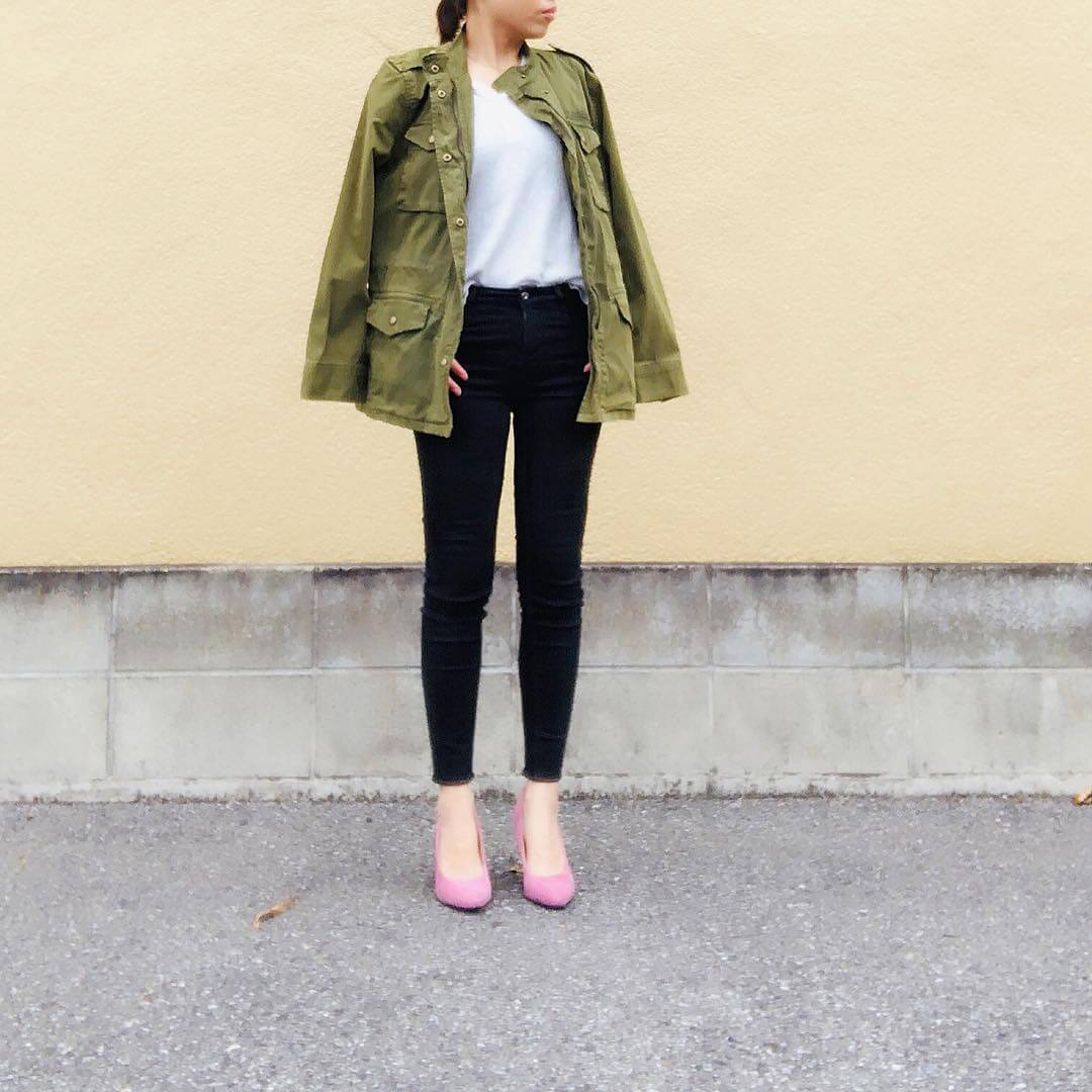 ミリタリージャケット×ピンクヒールのコーデ画像