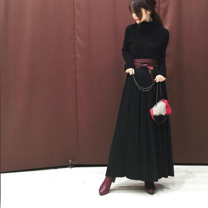 黒のロングスカートと赤のブーツのコーデ画像