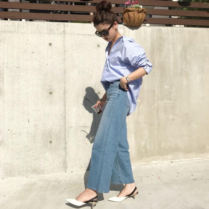 オーバーサイズ青シャツ×ワイドデニムのコーデ画像