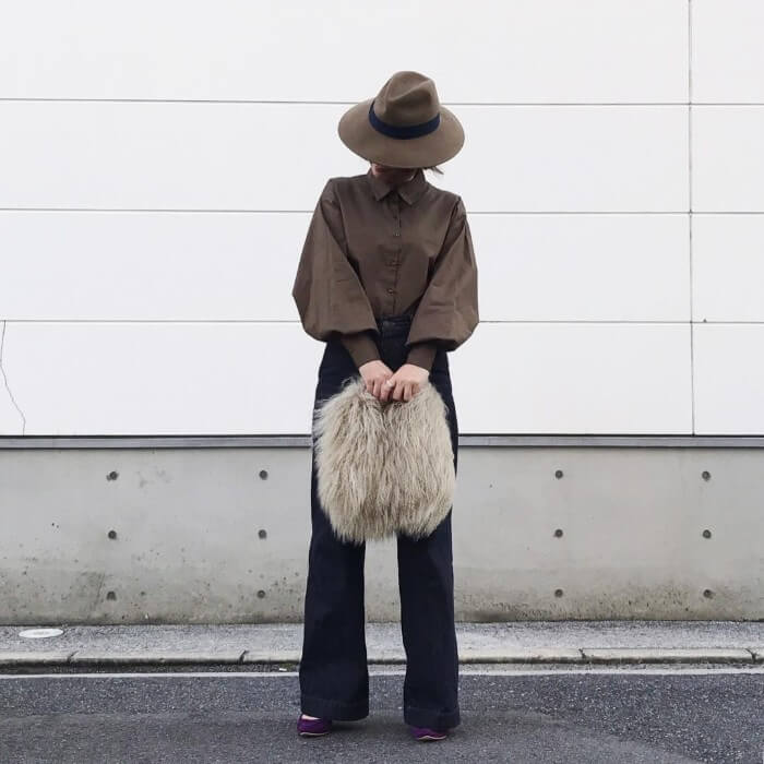 ブラウンボリューム袖シャツ×ブラックジーンズのコーデ画像