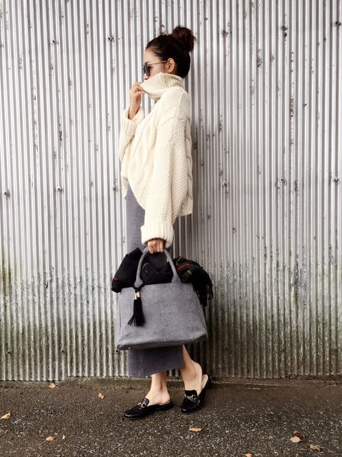 グレーリブニットタイトスカート×白ざっくりニットのコーデ画像