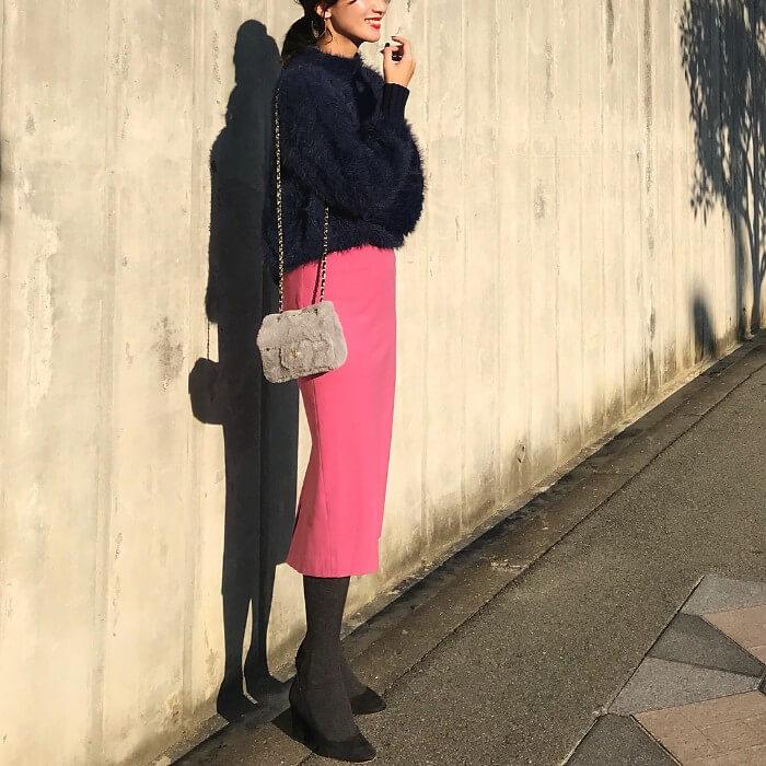 ネイビーシャギーニット×ピンクタイトスカートのコーデ画像
