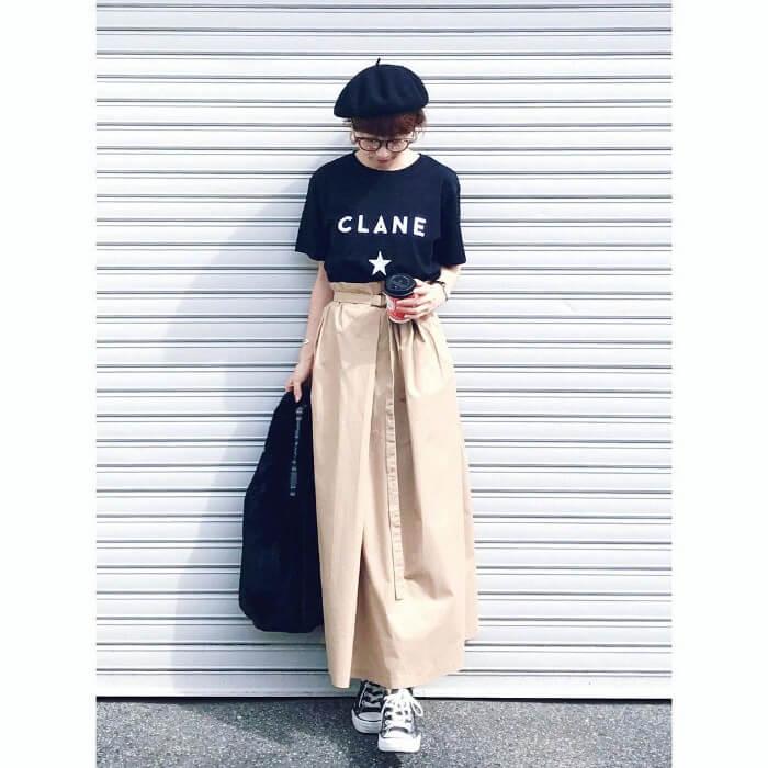 黒T×ベージュフレアスカートのコーデ画像