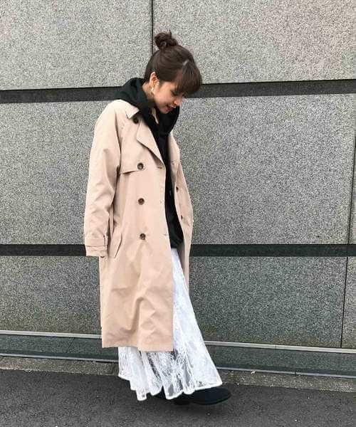 トレンチコート×白チュールスカートのコーデ画像