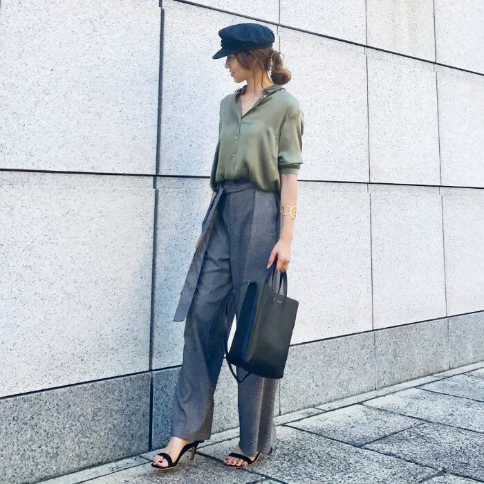 緑とろみシャツ×グレーワイドパンツのコーデ画像