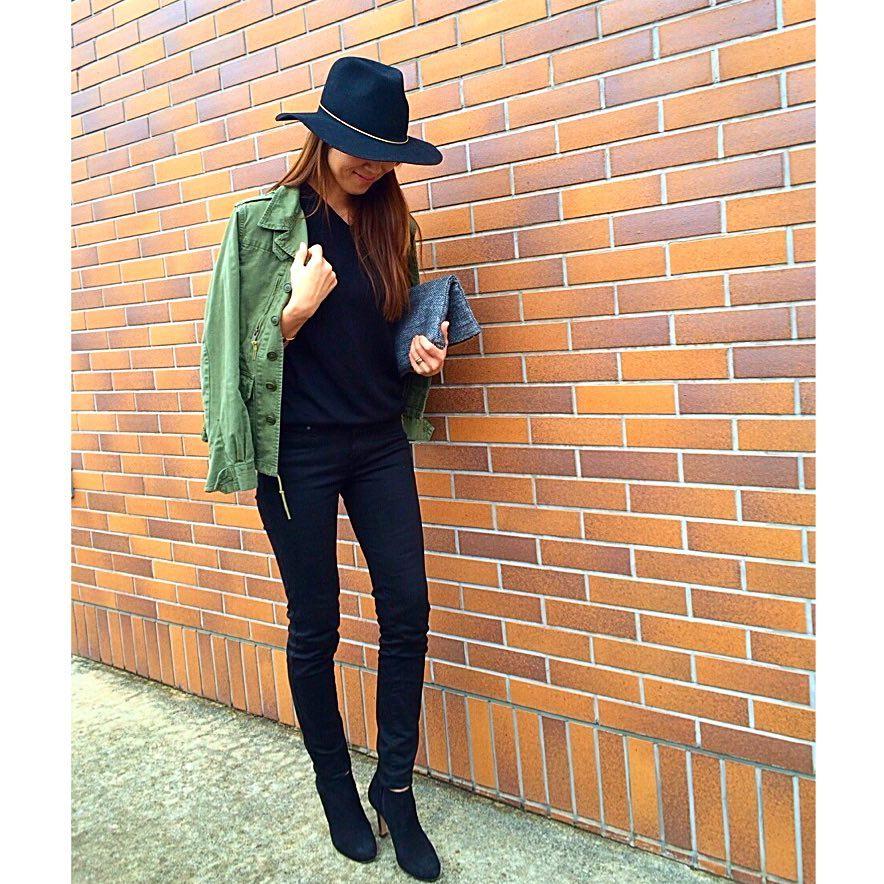 カーキシャツ×オールブラックコーデのコーデ画像