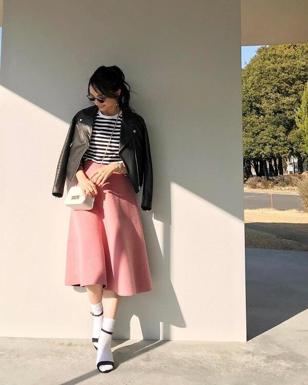 ライダースジャケットとサーモンピンクのフレアスカートのコーデ画像