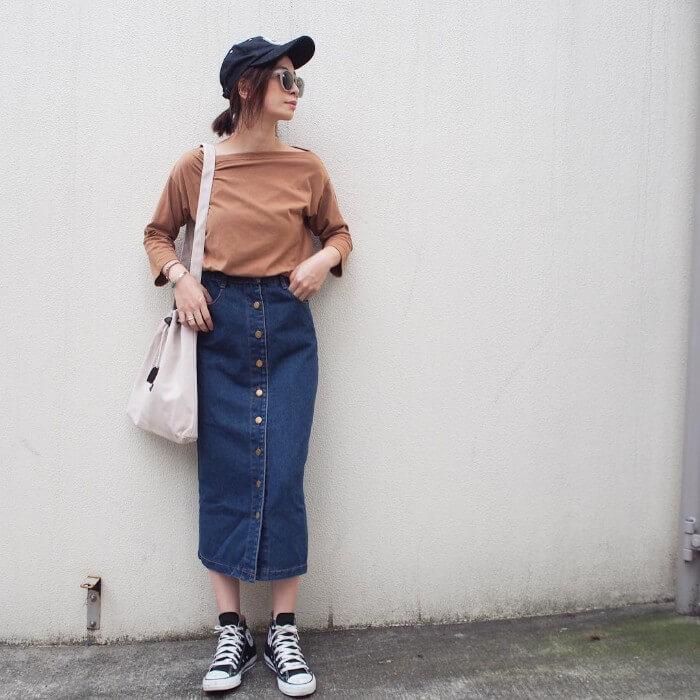 ブラウントップス×デニムタイトスカートのコーデ画像