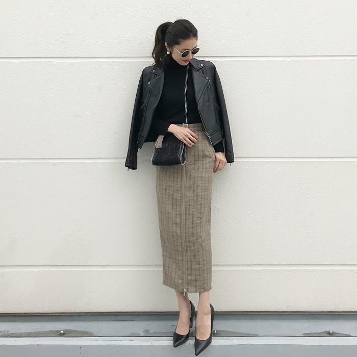 黒トップス×レザージャケット×グレンチェックタイトスカートのコーデ画像