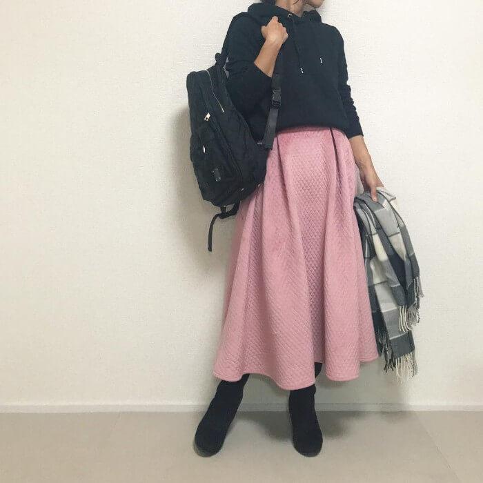 黒パーカー×ピンクキルティングロングスカート
