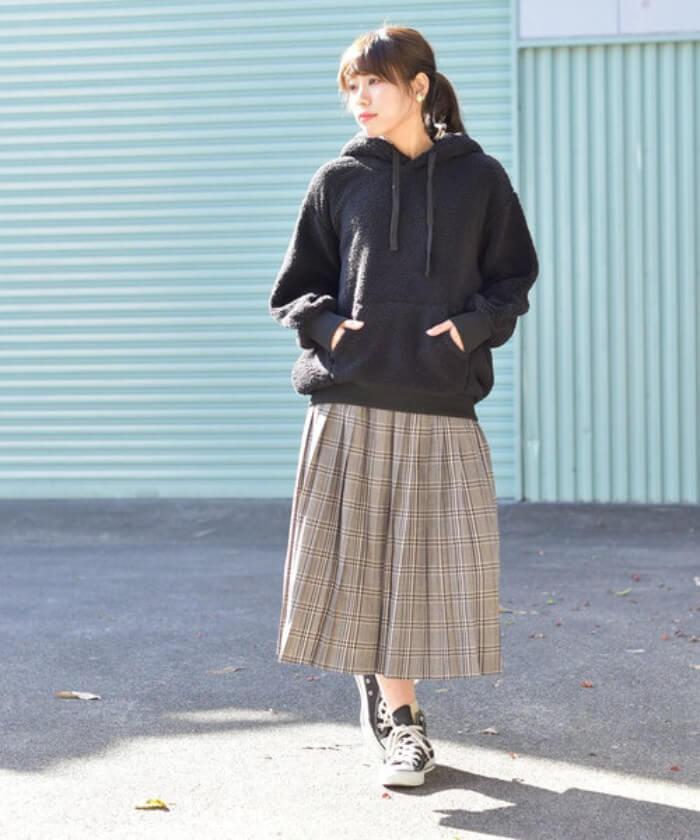 黒ボアパーカー×チェック柄プリーツスカートのコーデ画像