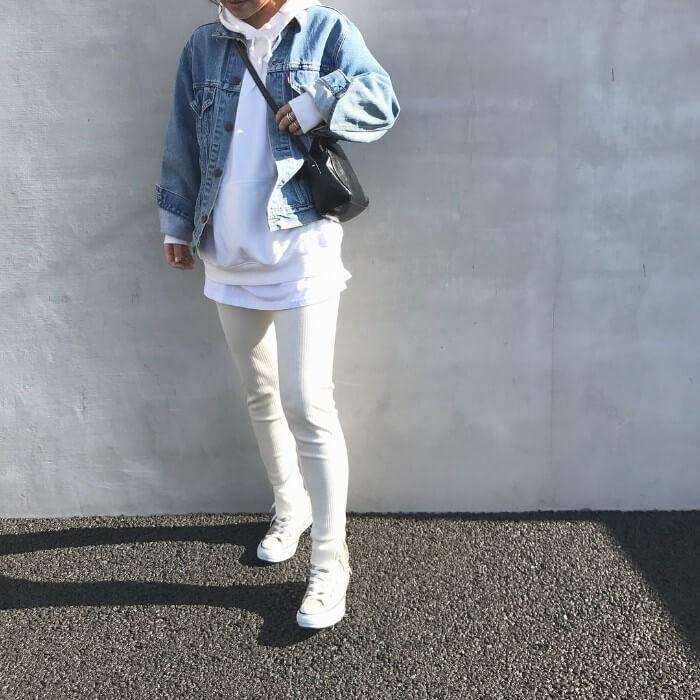ホワイトコーデ×ビッグデニムジャケットのコーデ画像