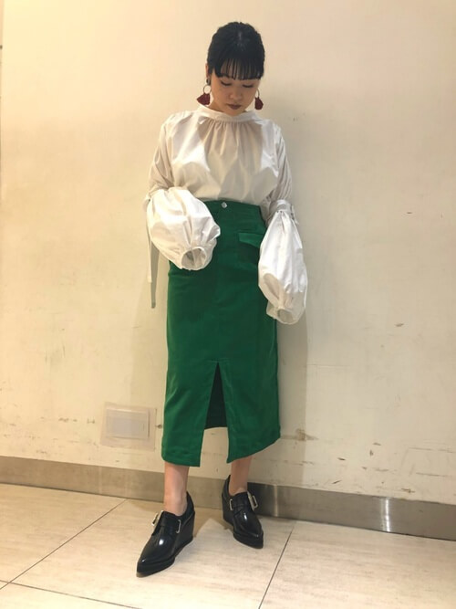 白ブラウス×グリーンコーデュロイタイトスカート×黒ブーティのコーデ画像