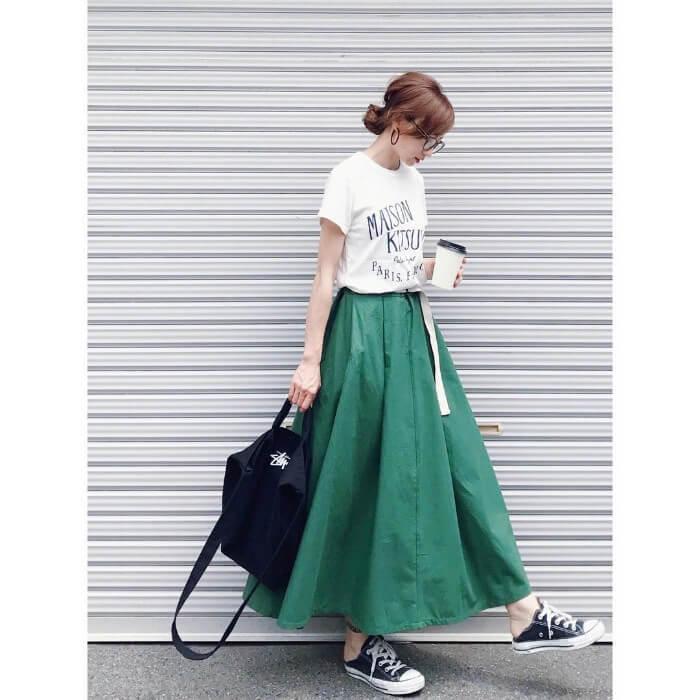 緑色フレアスカート×白ロゴTのコーデ画像
