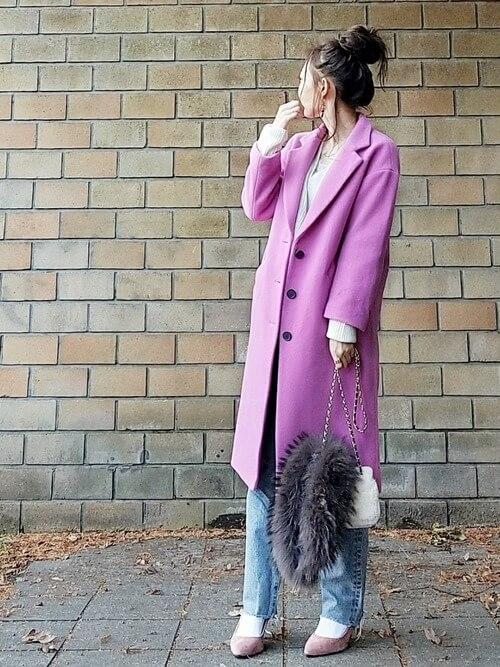 パープルコート×白靴下×ピンクベージュパンプスのコーデ画像