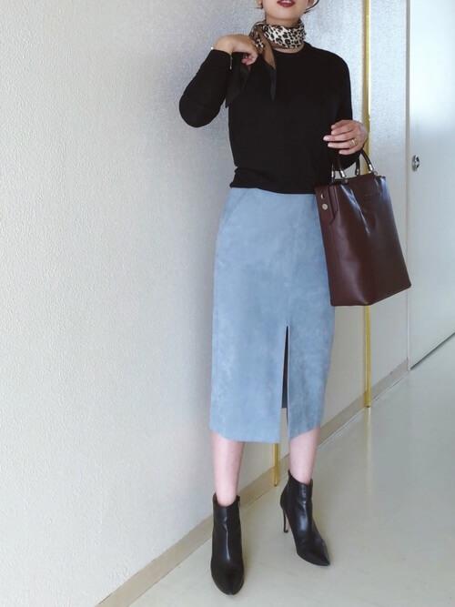 レオパード柄スカーフ×黒ニットのコーデ画像