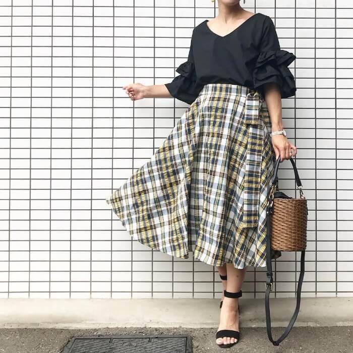 黒ブラウス×チェック柄ロングスカートのコーデ画像
