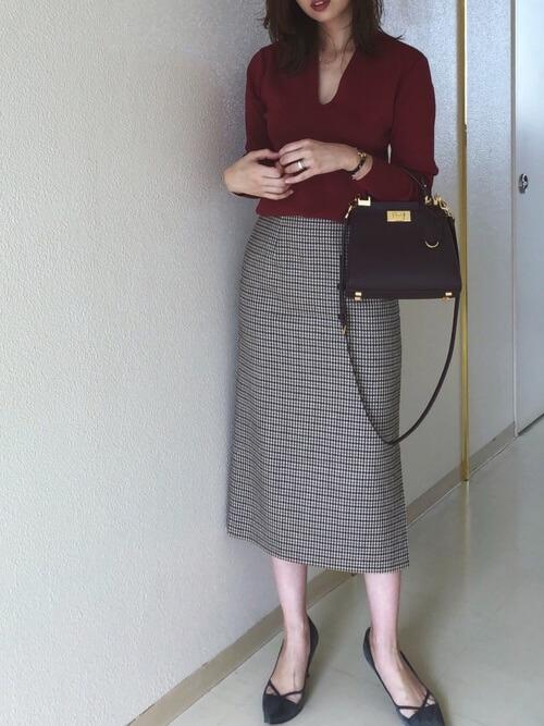 チェックロングスカート×デザインパンプスのコーデ画像