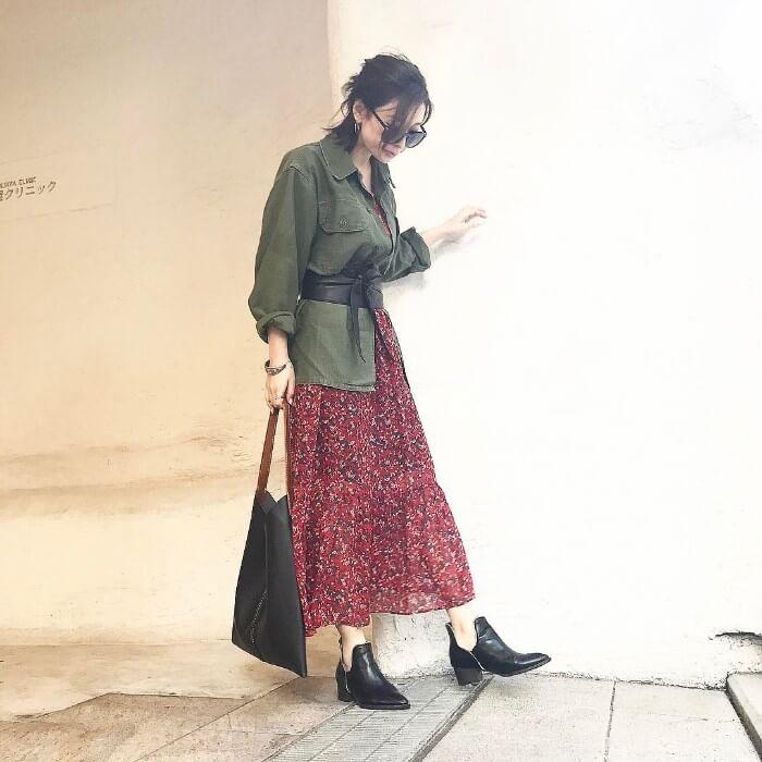 カーキシャツ×赤スカートのコーデ画像