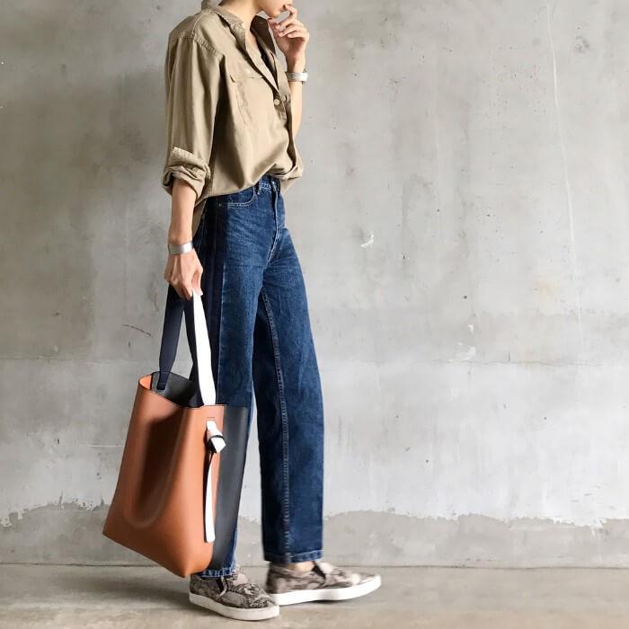 カーキベージュシャツ×デニムパンツのコーデ画像