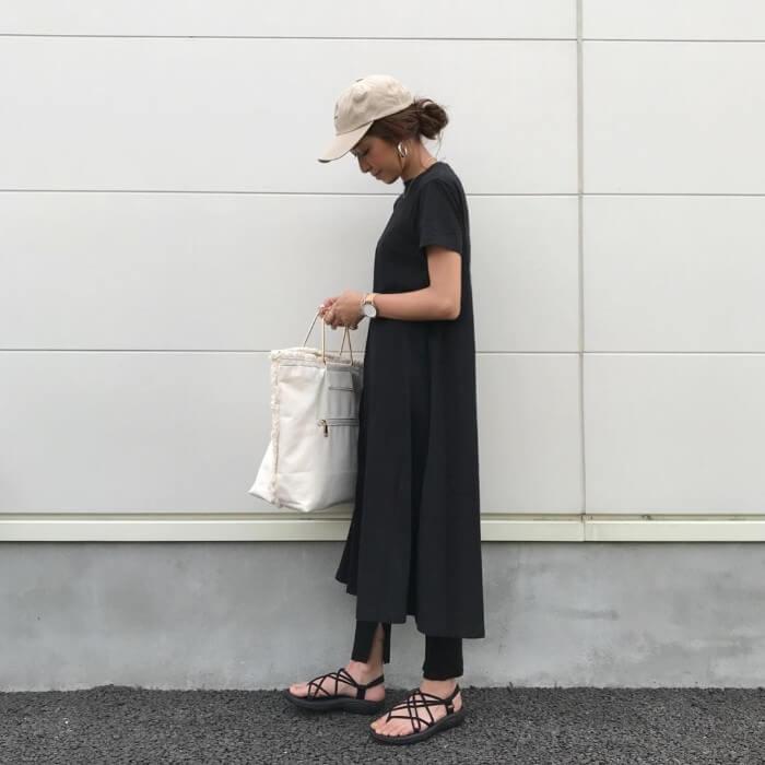 黒のTシャツワンピース×黒レギンスのコーデ 画像