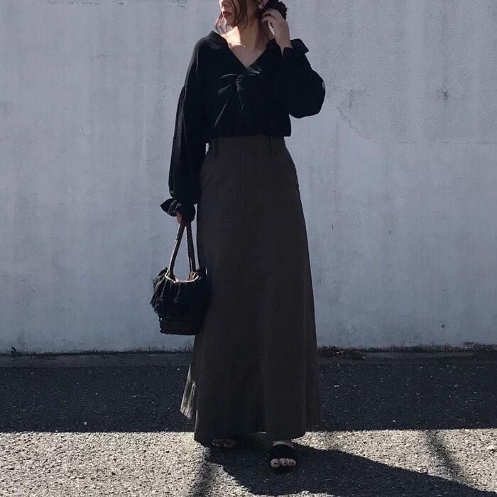 黒Vネックブラウス×グレーロングスカートのコーデ画像